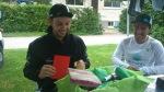 Freut sich wie ein Honigkuchenpferd: Adrian packt Geschenke aus!