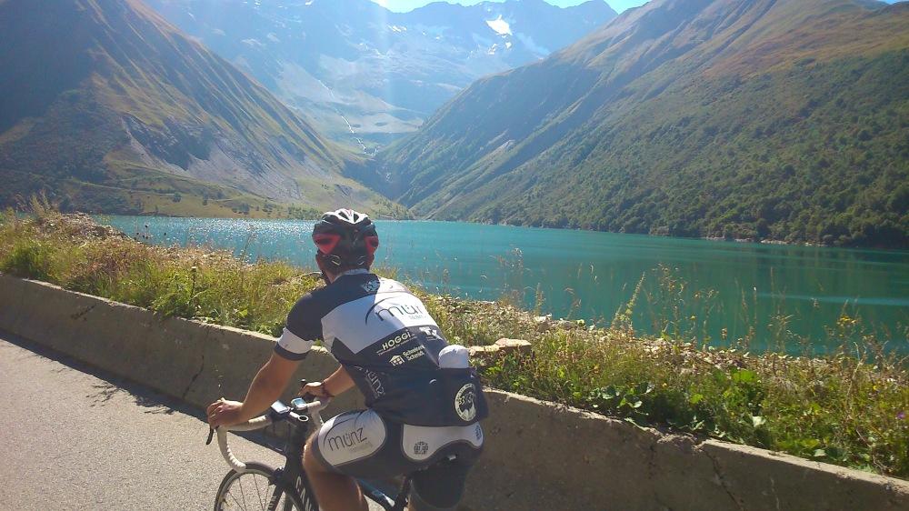 Marcel schaut sich den Stausee an, nur noch wenige Kilometer zum Col du Glandon