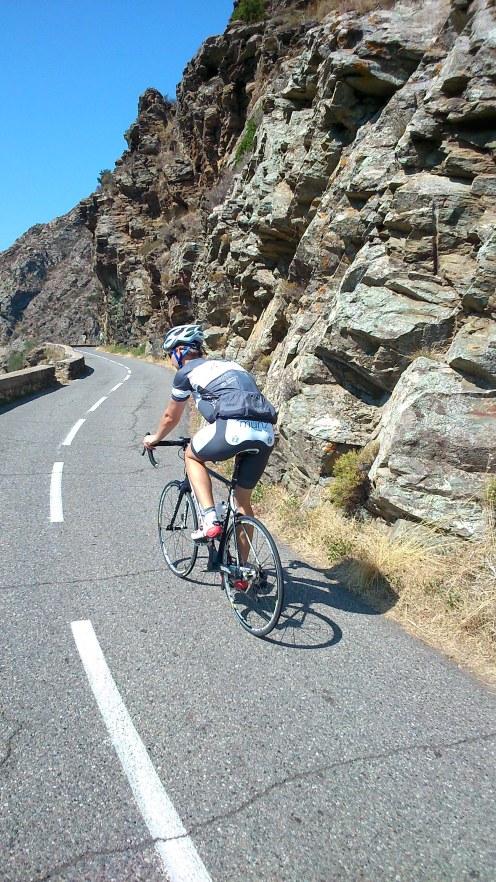 Schmale Straßen am Hang. Zweispurig eher optimistisch. Für Korsika ganz normal. Adrian auf dem Rad!