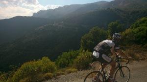 Adrian entlang des Hangs. Die eigentliche Route führt  durch das Tal, dafür waren wir aber schon zu weit vom Anschluss entfernt!