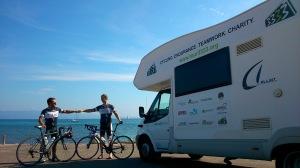 Zielankunft in Ajaccio. Strandpromenade Route des Sanguinaires. Marci und Adri