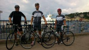 Rainer, Adrian, Marcel - im Hintergrund der Hafen von Nizza