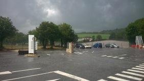 Regen, Regen, Regen - Unterstand eines Baumarktes