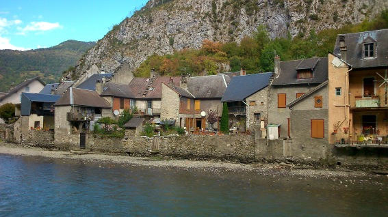 Häuserreihe im Tal in den Pyrenäen