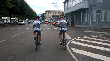 Marcel und Fabian stoßen an - 3336 km wurden zuvor abgefahren