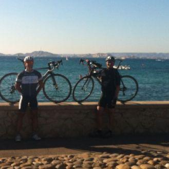 Fabian und Rainer am Zielpunkt der Etappe. Das Meer vor Marseille im Hintergrund