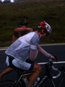 Marcel streift Fabian die Regenjacke beim Anstieg über