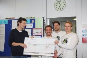 Thomas Quirmbach, Lehrer an der Theodor-Heuss-Realschule Wirges, übergibt Tour 3333 den Spendenscheck