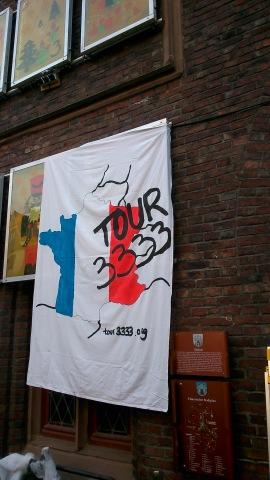 Banner als Geschenk vom WelcomeBack Abend durch Schüler der Theodor-Heuss-Realschule+: Hier am Rathaus in Montabaur befestigt